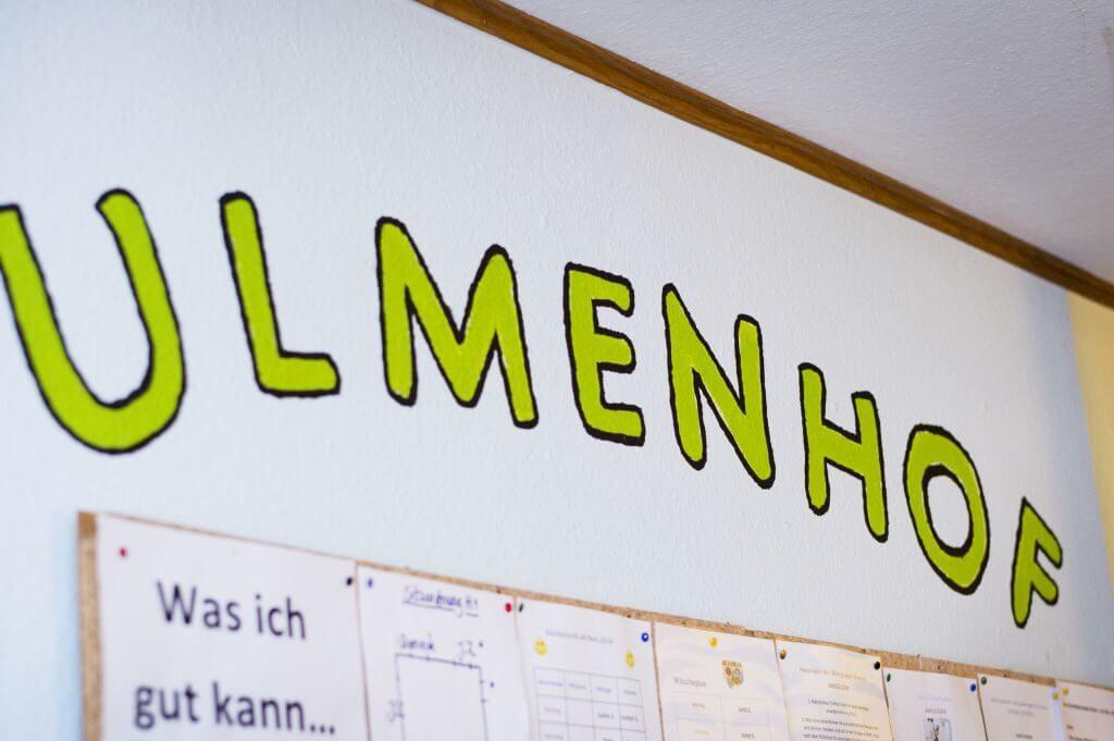Der Name Ulmenhof auf eine Wand gemalt