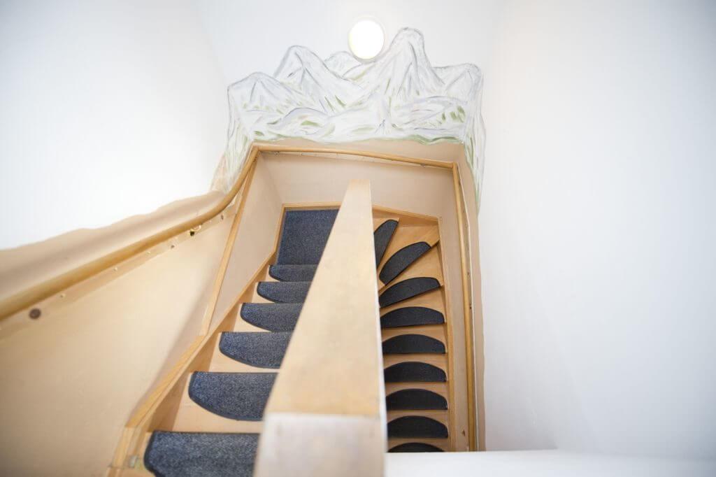 Treppenaufgang mit Bergen in der Wandgestaltung