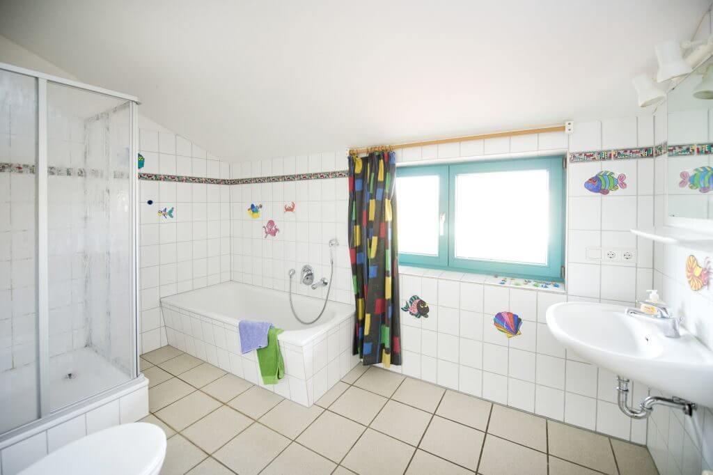 Großes helles Bad mit WC, Waschbecken, Dusche und Wanne