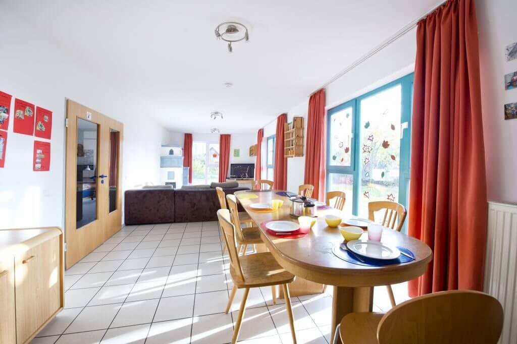 Wohn- und Essbereich der Wohngruppe Wimmer mit großem gedeckten Tisch