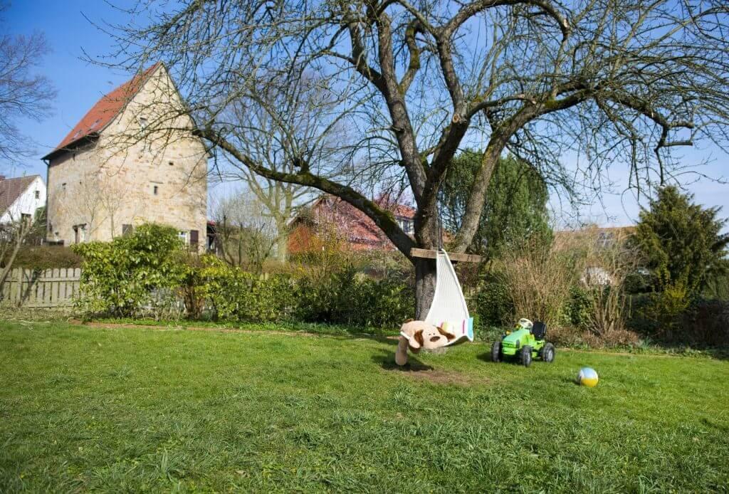 Gartenansicht der Wohngruppe Schledehausen mit Baumschaukel