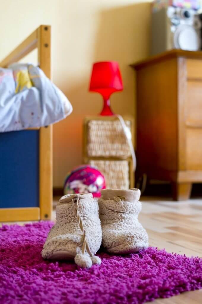Warme Hausschuhe auf einem lila Teppich