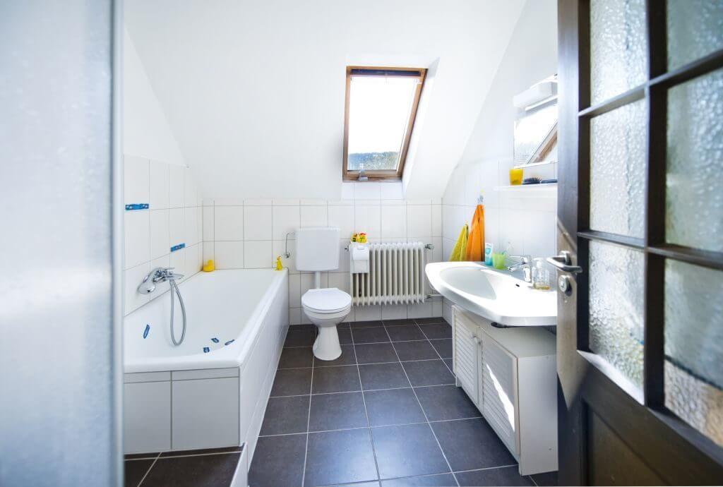 Helles Badezimmer mit Wanne, WC und Waschbecken