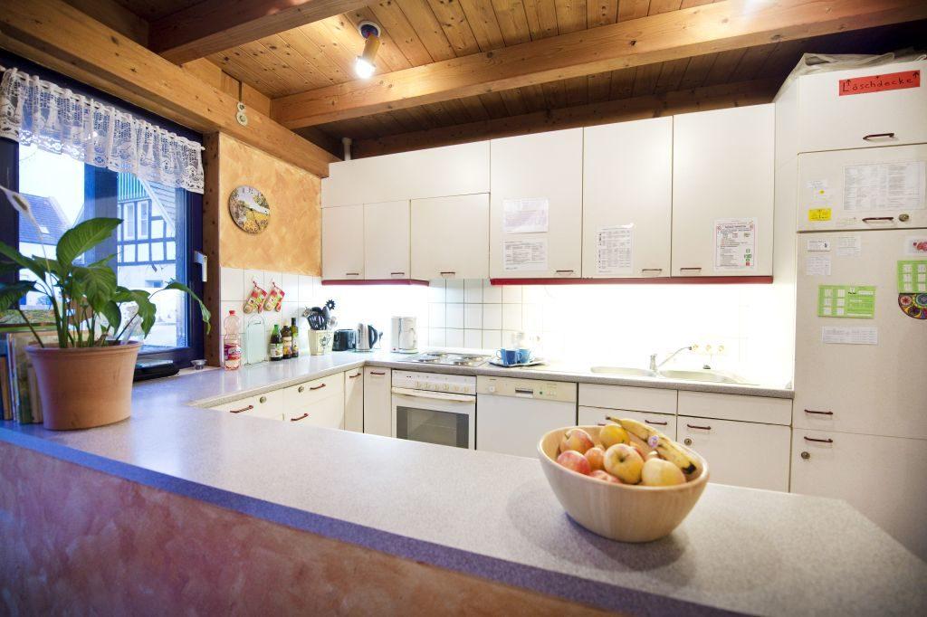 Küchenzeile mit Obst auf dem Tresen