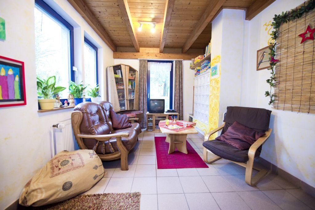 Schmales Zimmer mit Sofa und Sesseln