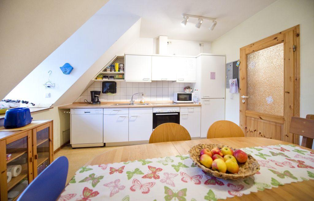 Weiße, helle Küche mit Esstisch