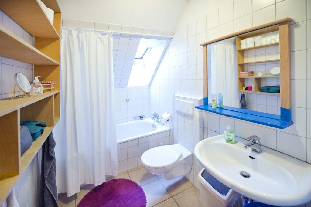 Badezimmer mit Wanne, WC und Waschbecken