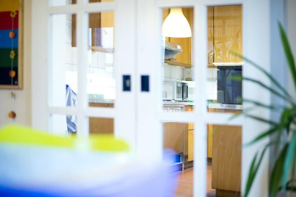 Detailaufnahme einer Küchenzeile durch eine geschlossene Glasschiebetür