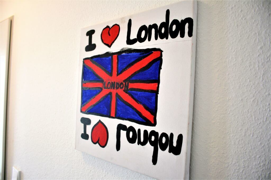 Eine Leinwand mit einer britischen Flagge und dem Text I love London