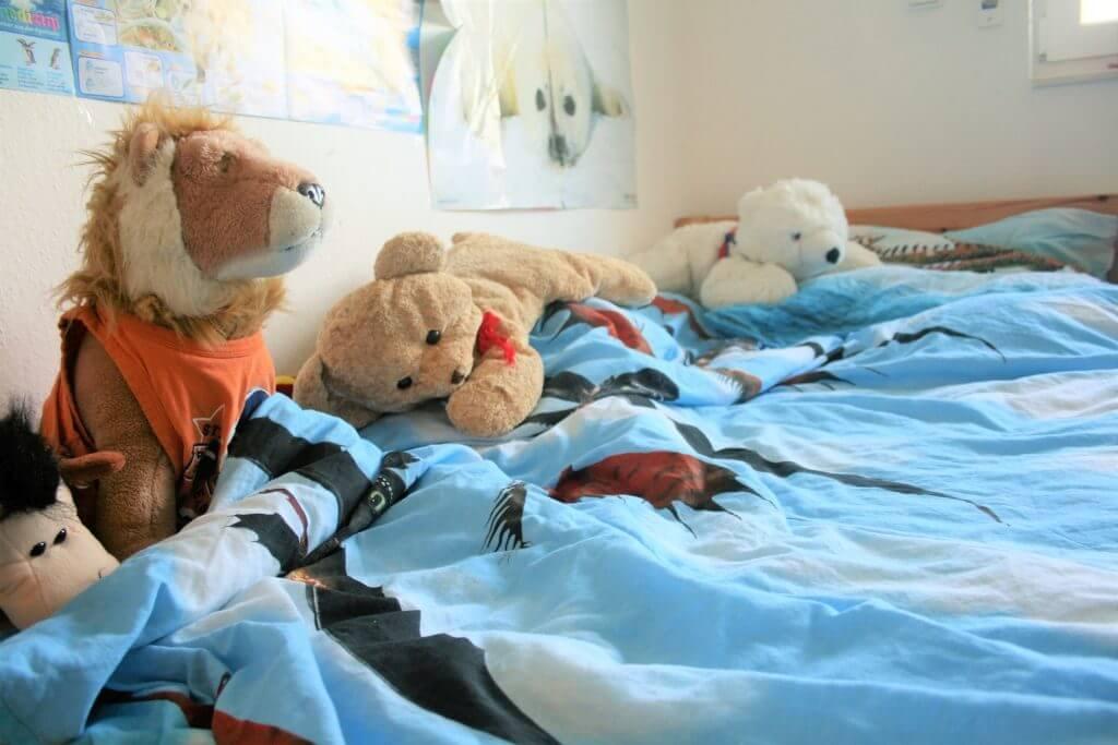 Kinderbett mit Kuscheltieren