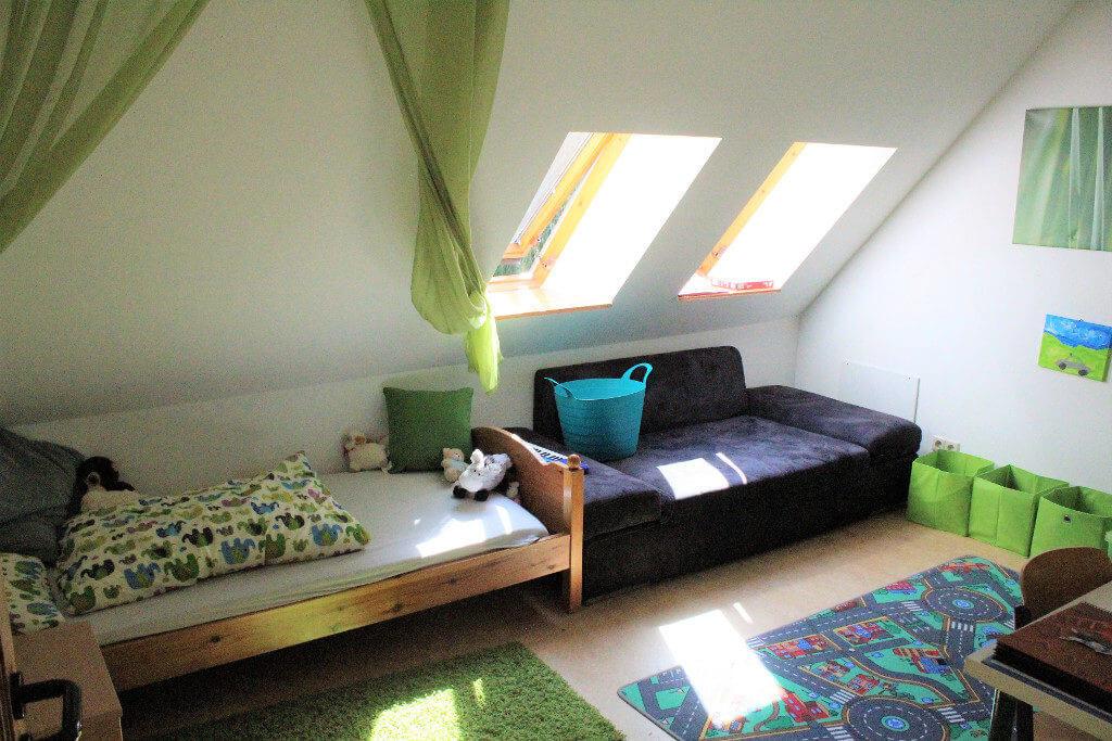 Zimmer mit Bett und Sofa