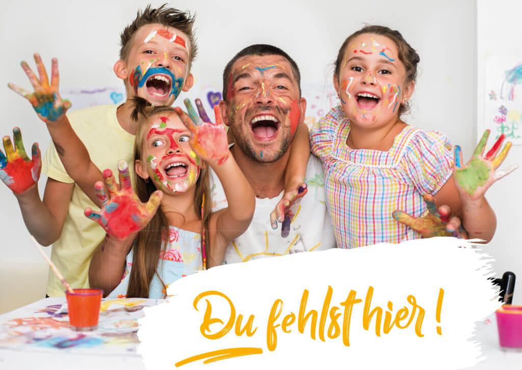 Betreuer und drei Kinder mit bunt bemalten Gesichtern und Händen rufen freudestrahlend in die Kamera