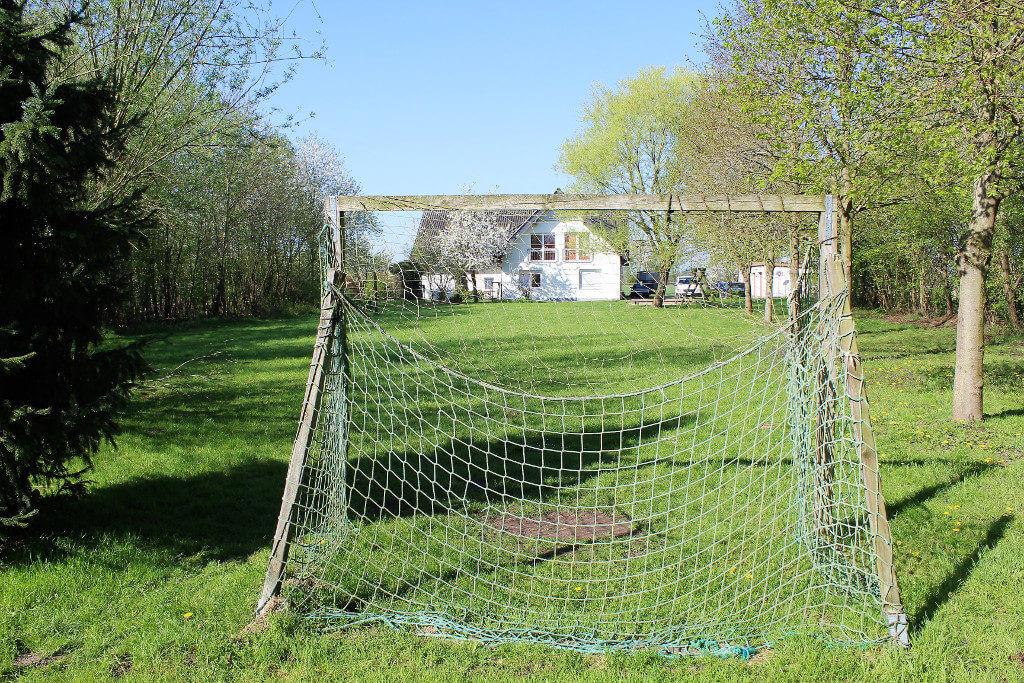 Gartenansicht der Wohngruppe Ulmenhof mit Fußballtor