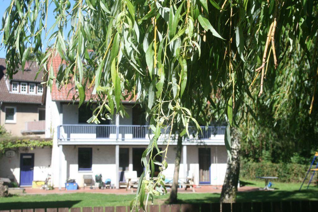 Gartenansicht der Wohngruppe Holzhaus