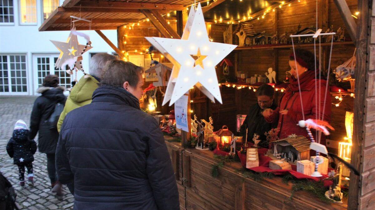 Ein Verkaufsstand auf dem Weihnachtsmarkt mit Besuchern